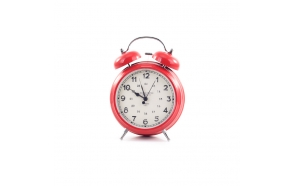 punainen metallinen herätyskello, 9 cm L x 5,7 cm T x 12,7 cm H